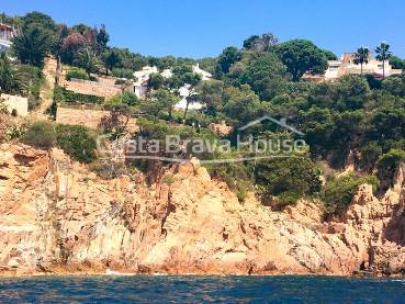 Exclusive finca in unbeatable situation in front of the sea in Tamariu. Currently organized in 3 semi-detached houses with sea views