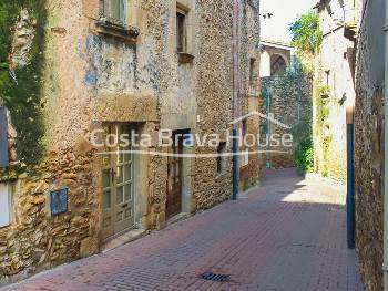 Renovated town house for sale in Fonteta, 1 km from La Bisbal d Empordà