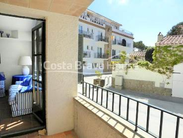 Apartment for sale in Tamariu, Costa Brava, steps from the beach and the sea. With terrace-balcony and 1 indoor garage in the same building