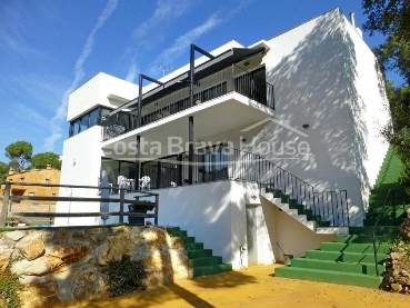 Modern design house recently built located in a nice residential area near Calonge city center and not far from the beach of Sant Antoni