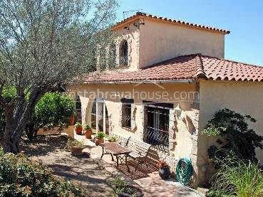 Semi-rustic Mediterranean style villa with garden with pool in a quiet area 1.5 km from Tamariu beach