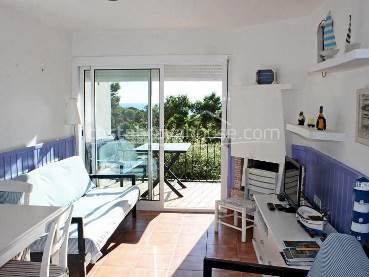Renovated apartment with sea views only 200 mtr from Golfet beach in Calella de Palafrugell, in nice community with garden