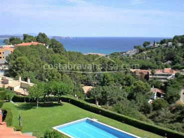 Townhouse with sea views and garden for sale between Begur and Pals