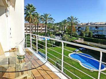 Beautiful apartment with terrace in S'Agaró, very well located just 500 meters from the beach, in luxury community with garden and pool