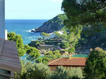 House with sea views for sale in Begur Sa Riera, in a set of 10 terraced houses with garden, pool and access to the beach on foot, located at just 70 meters