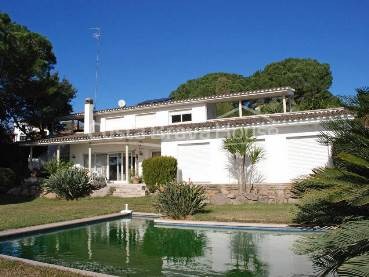 Nice house for sale in Sant Antoni de Calonge, situated on second line of sea in a quiet residential area 3 km from the beaches of Palamos a