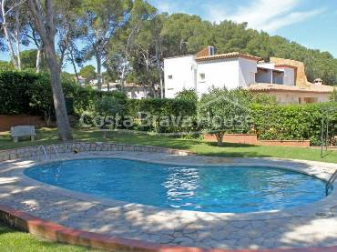 100 sqm detached house with private garden in Pals beach, forming part of a community with garden and pool