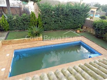 Semi-new 3 bedroom house for sale in Mont-Ras, on plot of 600 sqm with pool and garage. With its own water well.