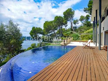 Spectacular luxury house for sale in Llafranc with stunning sea views and infinity pool, just 5 minutes walk from the Yacht Club