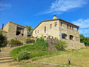 19th century Catalan farmhouse with 1.5 ha of land in a charming village in the Baix Empordà, between La Bisbal and Palafrugell