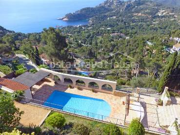 Wonderful luxury villa with stunning sea views and heated pool, not far from the beach and only 5 min from Begur city center