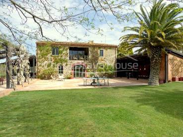 Beautifully restored country house in a lovely spot of the interior of Baix Empordà, on a estate of 3.5 ha. with easy access to the beach