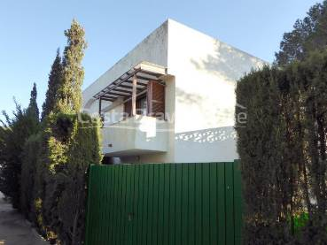 Corner house with private garden 5 minutes from the beach in Tamariu, in residential complex with swimming pool and communal garden.