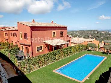 High standing house with sea views and private garden a short walk from the center of Begur, in a complex of 7 townhouses with communal pool