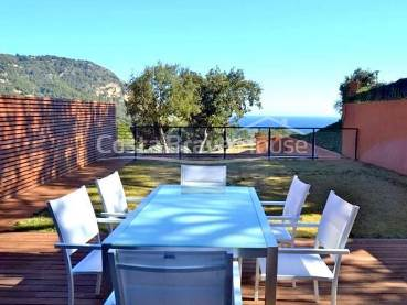 Semi-detached house 10 min walk from the beach of Aiguablava in Begur, with private garden of 120 sqm, sea views and communal pool.