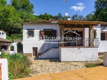 Mediterranean  style house for sale in a well-known urbanization in the surroundings of Begur with garden, barbecue area and garage. Possibility of pool