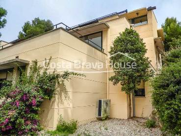 "Brand renovated townhouse in nice community in Sa Tuna (Begur) a short distance from the cove of Aiguafreda and ""Cap Sa Sal""  complex"