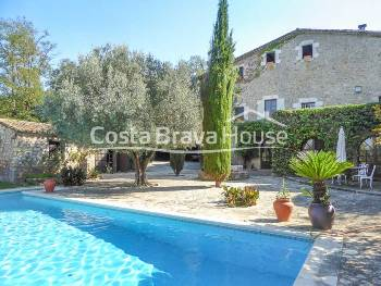 Beautiful manor stone farmhouse forsale completely renovated with several buildings and pool, not far from Girona city