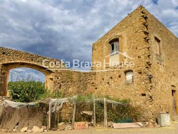 Stone house from the 18th century to be reformed located in Vullpellac historical center, 2 km from La Bisbal and 15 min from Pals beach