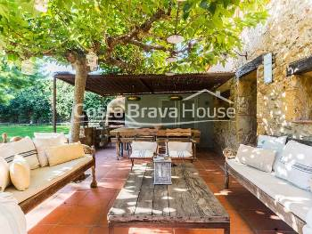 S.XVII stone house tastefully restored, located in the heart of Empordanet with garden, pool and easy access to all beaches in the area