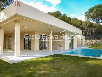 Impressive brand new luxury villa with garden with pool and beautiful sea views, in exclusive urbanization in Begur Aiguablava