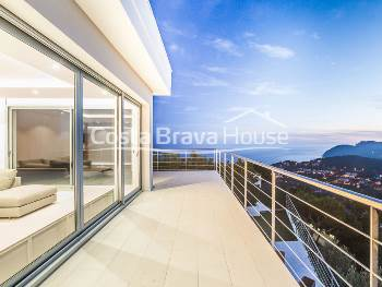 High standing house with spectacular panoramic views in Tamariu