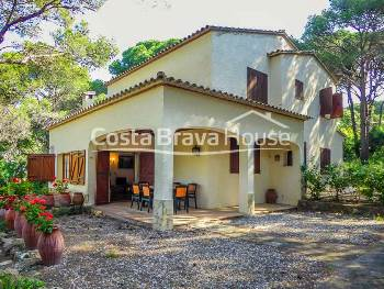 Rustic style house for sale in Tamariu, 10 min from the beach