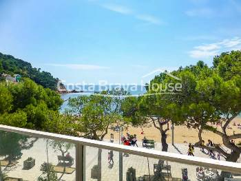 Luxury apartment with splendid sea views in annual rent in Tamariu, located only a few steps from the beach and the sea
