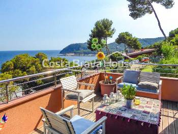 Beautiful renovated apartment with great views of the sea and 2 parkings in Tamariu, in a nice residential complex with garden and pool