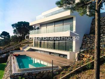 Superb brand new luxury villa with incredible views, swimming pool and last generation equipment very close to Begur city and its beaches