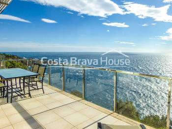 Apartment facing the sea in waterfront, with truly unique panoramic views, just 5 minutes by car from Sant Feliu de Guíxols