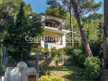 House with garden for sale in Tamariu, Costa Brava, 5 minutes walking from the beach and the sea, on a plot of almost 1000 m2