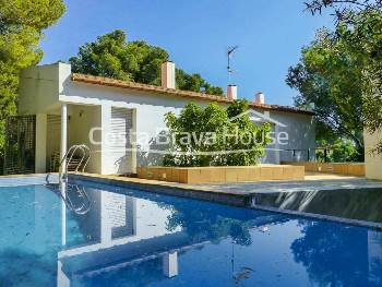 Villa with sea views for sale in Tamariu with pool, garden and garage