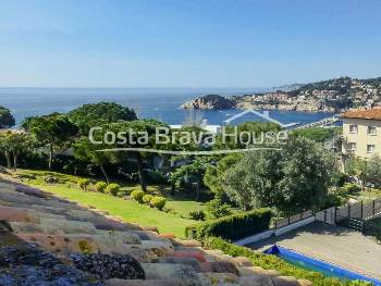 Apartment for sale in Sant Feliu de Guíxols, 5 min from the beach, with great terrace with sea views, large communal garden with two swimming pools, children's play area and covered outdoor parking