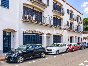 Ground floor apartment for sale in Calella Palafrugell 3 min walk from the beach. 2 bedrooms, private garden of 150 m2 and indoor garage