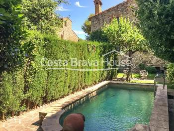 Exclusive property for sale in a little village in the Baix Empordà region, Girona, formed by 2 carefully restored XVIII century stone houses with garden and pool