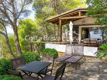 Pleasant Mediterranean house with sea views for sale just 3 min from the beach of Tamariu and 5 min from the beach of Aiguablava, in a beautiful place on the Costa Brava.