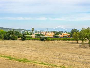 Property for sale near Begur consisting of 2 houses, several warehouses and garages on a plot of 1,000 m², plus another 5,800 m² of agricultural land