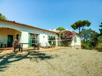 Mediterranean-style house for sale in the urbanization Casa de Campo de Begur. It has an extensive plot of more than 1500 m² with pleasant sea views