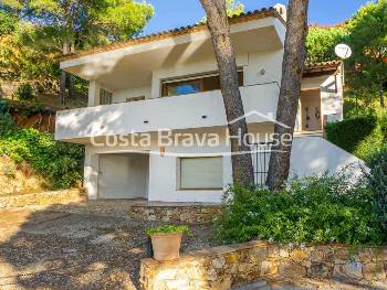 House with sea views and swimming pool for sale 5 min from the beaches of Tamariu and Aiguablava, distributed in main house and independent apartment
