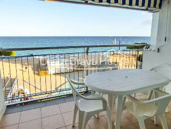 Beachfront duplex apartment for sale in Platja d'Aro, with two terraces with incredible sea views. Refurbished. Possibility of parking and storeroom