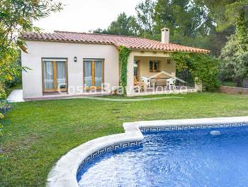 Pleasant Mediterranean style house with garden, swimming pool and sea views for sale in urbanization Mas Tomasí de Pals, 10 min from the beach. Furnished.