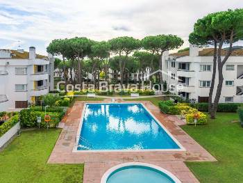 Renovated apartment with terrace and pool for sale in Calella Palafrugell in a well-known residential complex just 5 minutes walk from the beach