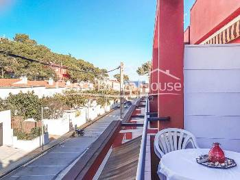 Renovated apartment in impeccable condition for sale in Begur Sa Riera, just 4 minutes walk from the beach, with pleasant terrace with lateral sea views