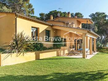 Lovely Mediterranean style house for sale in Tamariu, situated in an enviable location just 5 minutes walk from the beach. Plot of 1.100 m².
