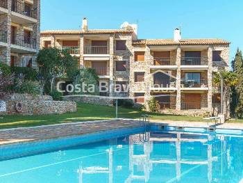 Nice apartment with terrace and sea views for sale in Calella Palafrugell, 10 min. walk from the beach, in residential complex with swimming pool