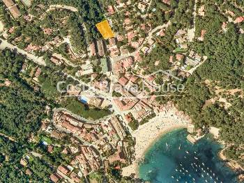 Opportunity to buy the only land for sale in the center of the town of Tamariu, in an extraordinary location just 3 minutes walk from the beach and the sea