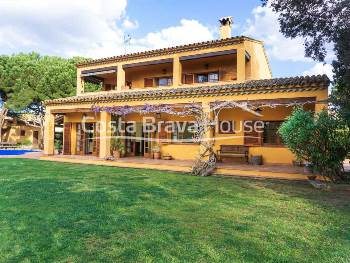 Mediterranean villa with 4 bedrooms and large garden with pool for sale in a sought-after residential area of Mont-ras, few minutes from the beaches of Calella and Llafranc and the centre of Palafrugell