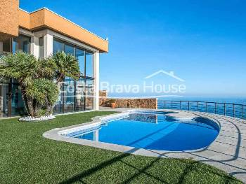 Exclusive luxury home on the seafront for sale in Sant Feliu de Guíxols