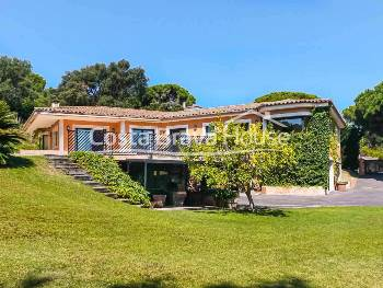 High standing house with 2.545 m² of land and garden with swimming pool next to Costa Brava golf club, 10 min by car from Platja d'Aro and Sant Feliu Guíxols
